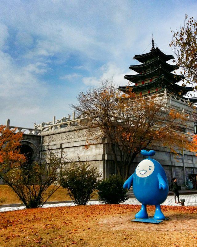 Random things, típicas de Asia: Un señor huevo en medio de la ciudad imperial